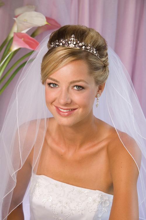 Свадебные прически 2013 с фатой и цветами