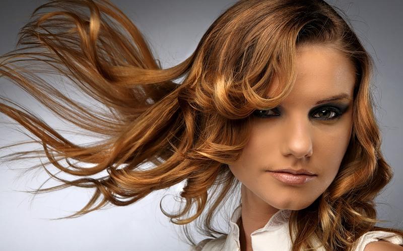 Прически с распущенными волосами всегда находятся в тренде
